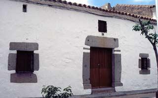 fachada-casa-tipica-fuente-la-lancha